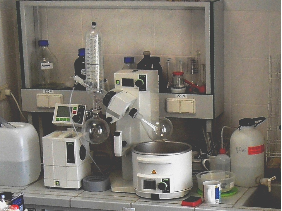 Rotary evaporator with vacuum controller