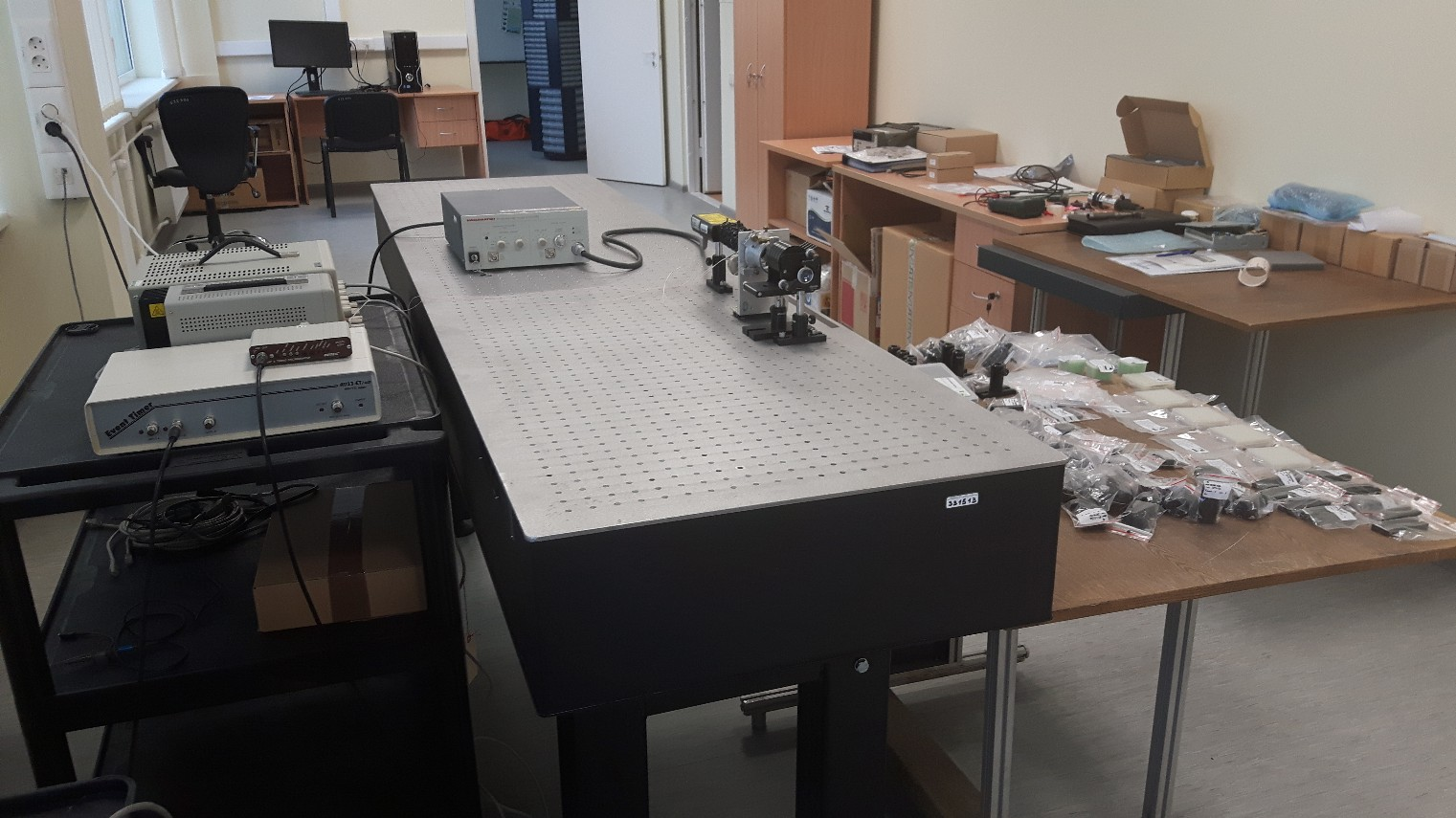 Optical table with accessories