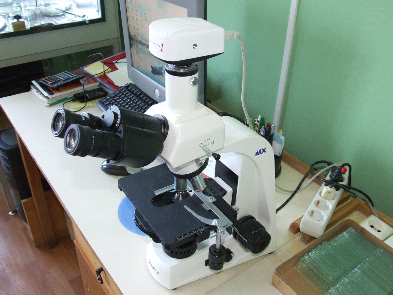 Trinocular microscope with digital camera