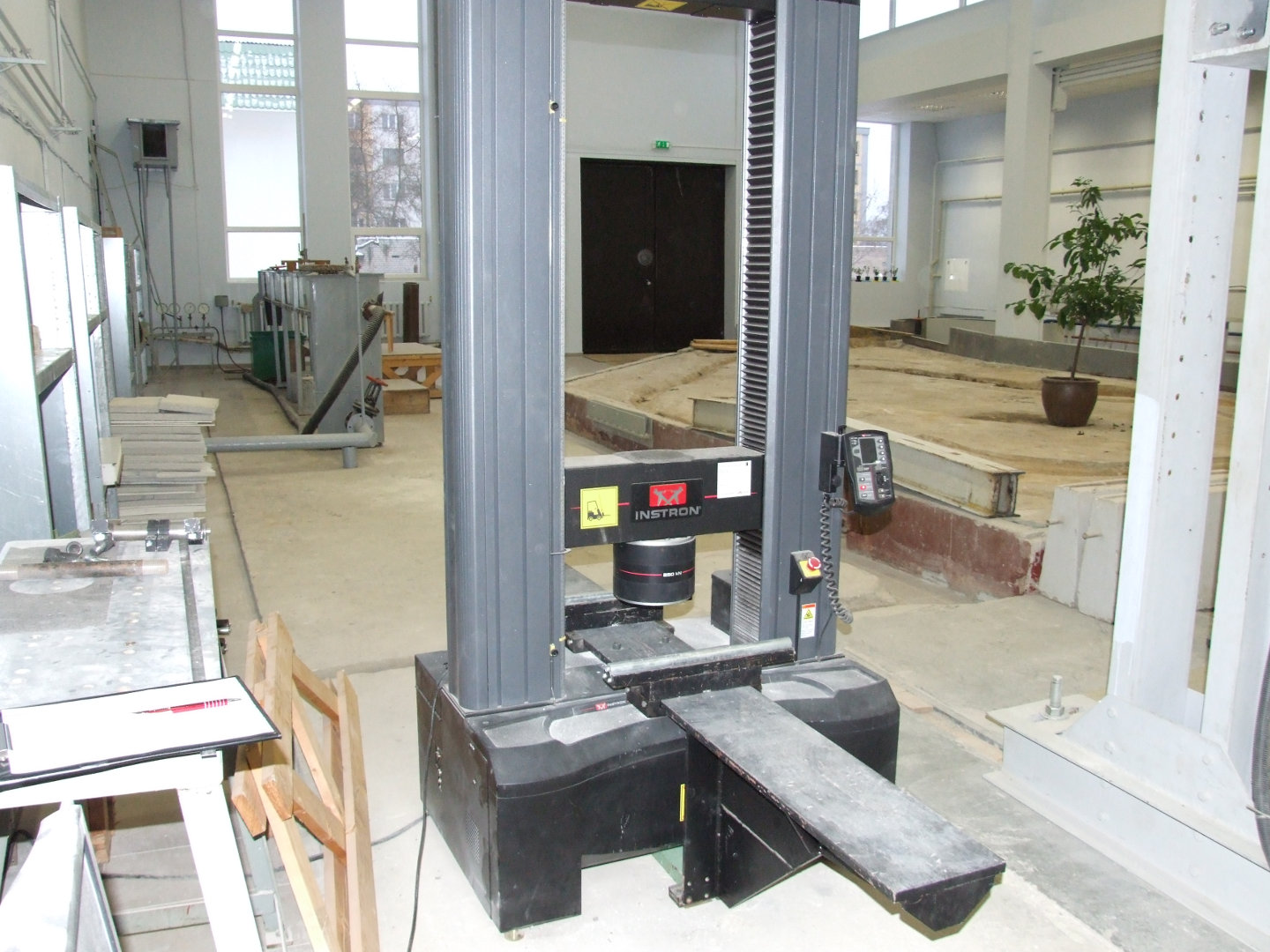 Universal testing machine for timber, plastic, steel and other materials