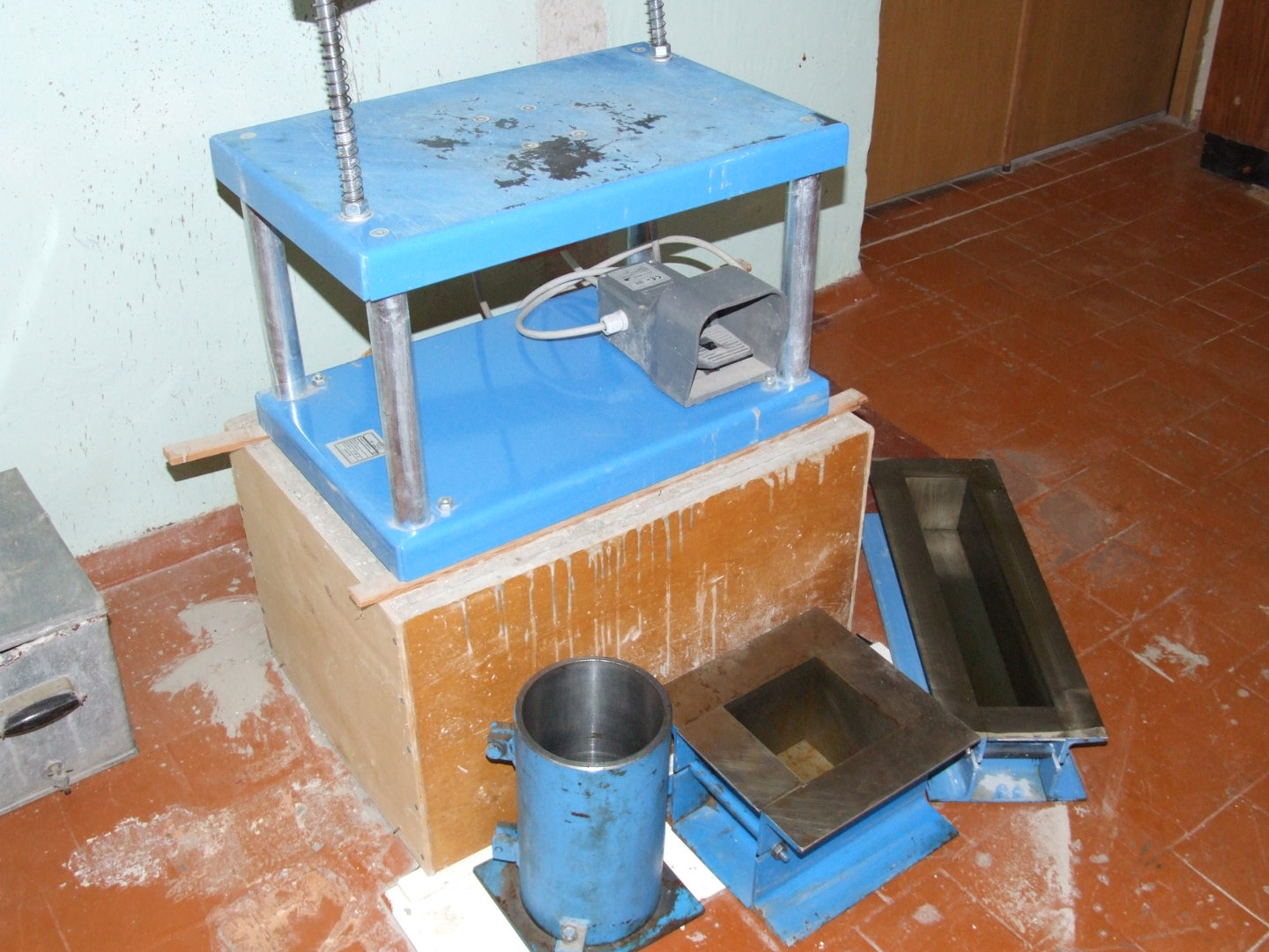 Laboratory equipment for concrete testing