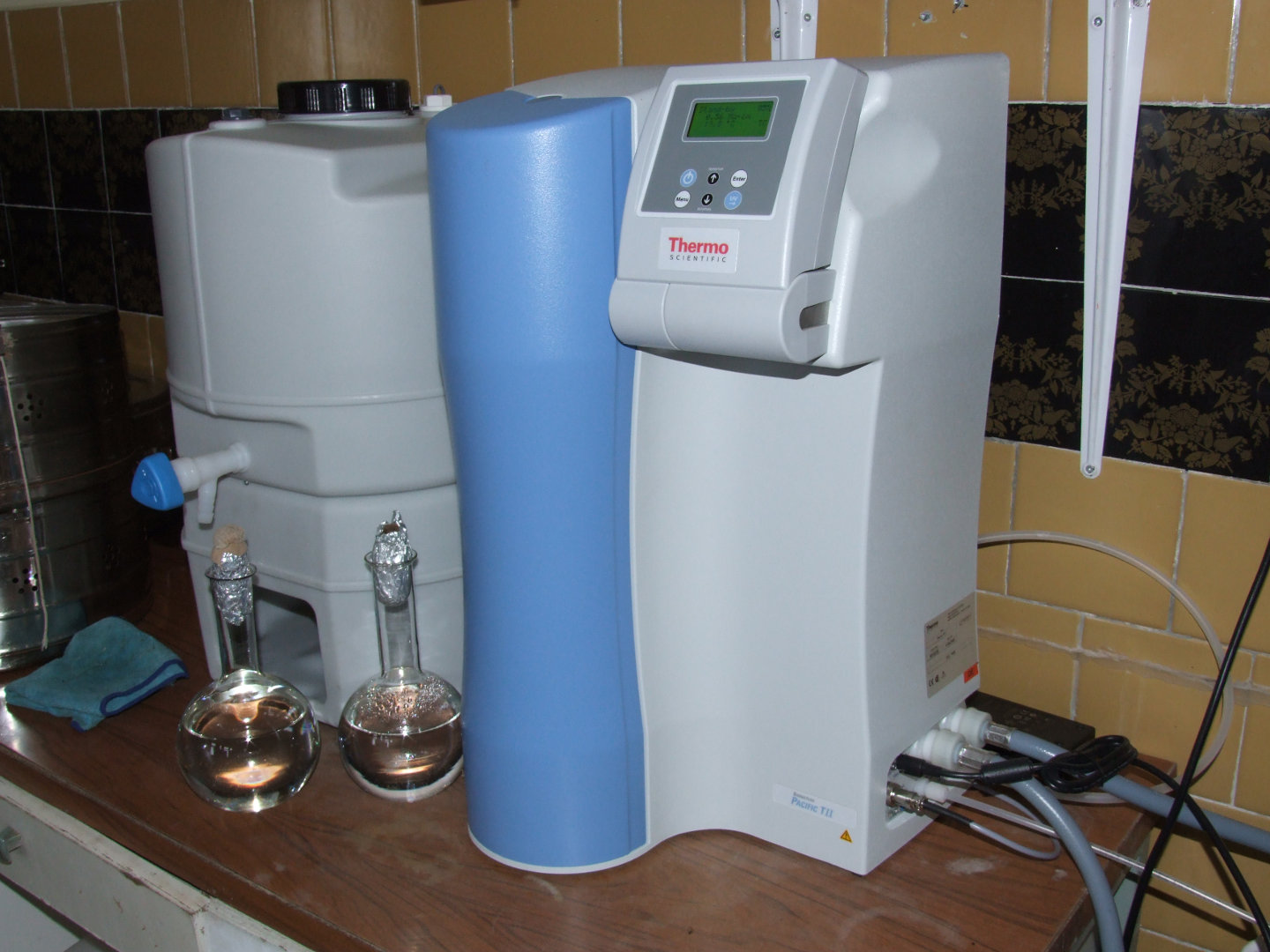 Water purification system for laboratories, Class II